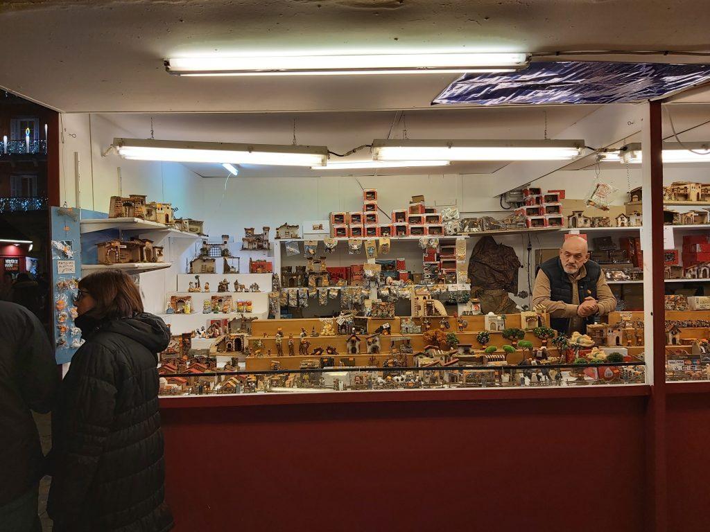 Postavičky z Betlehemu v stánku na vianočných trhoch na námestí Plaza Mayor v Madride
