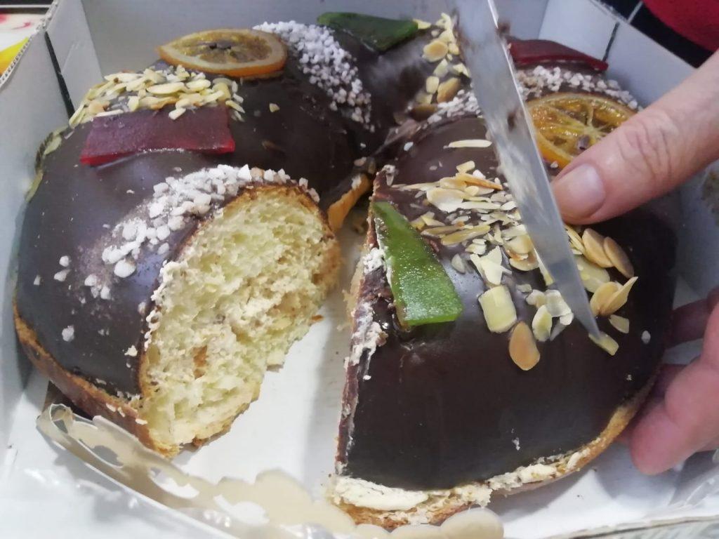 Španielsky koláč roscón de reyes, ktorý sa jedáva na troch kráľov