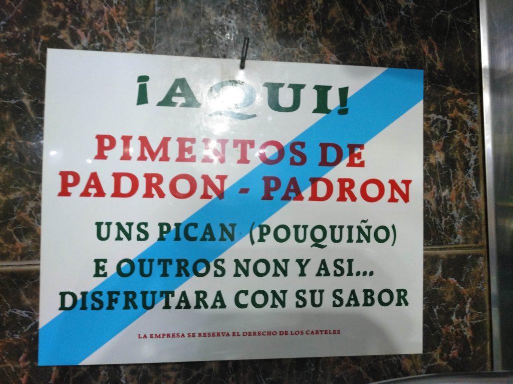 nápis v reštaurácii, ktorý hovorí, že niektoré pimientos de padron sú štipľavé