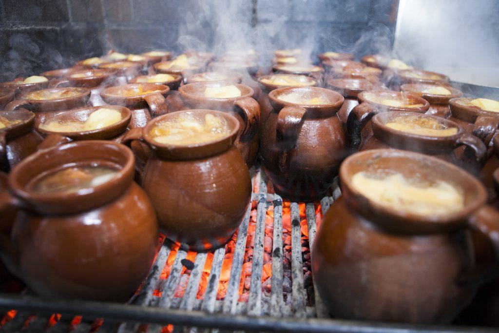 tradičné jedlo v Madride sa môže variť aj v jednotlivých hrncoch