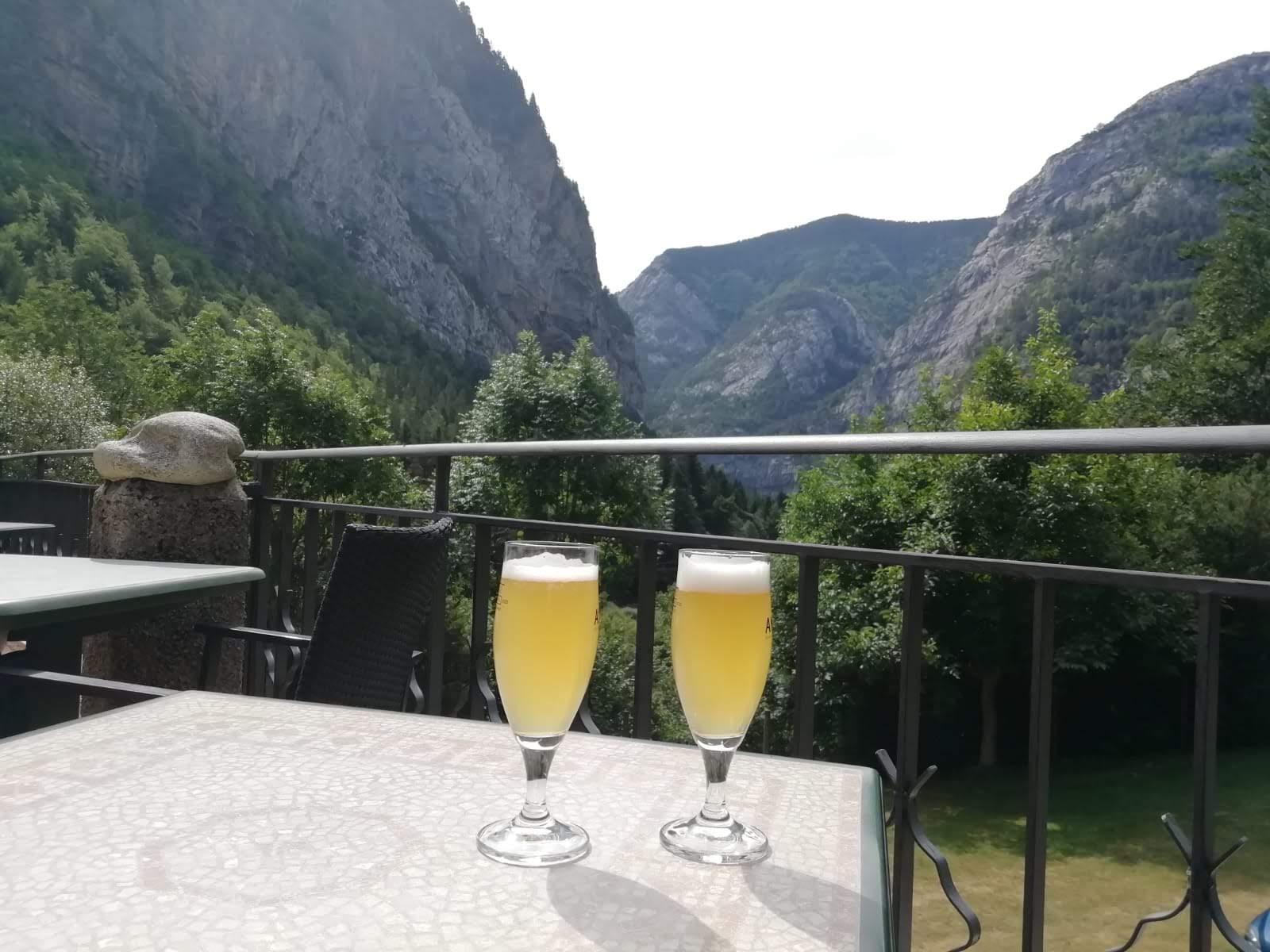 Krátke treky z dediny Torla sme si spríjemnili pivom s limonádou.
