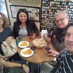 ochutnávka španielskej omelety tortilla de patata a víno s klientami