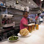 olivy, kalamárová bageta a pivo v bare v Madride