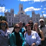 Budova radnice Madridu na námestí Cibeles s klientami