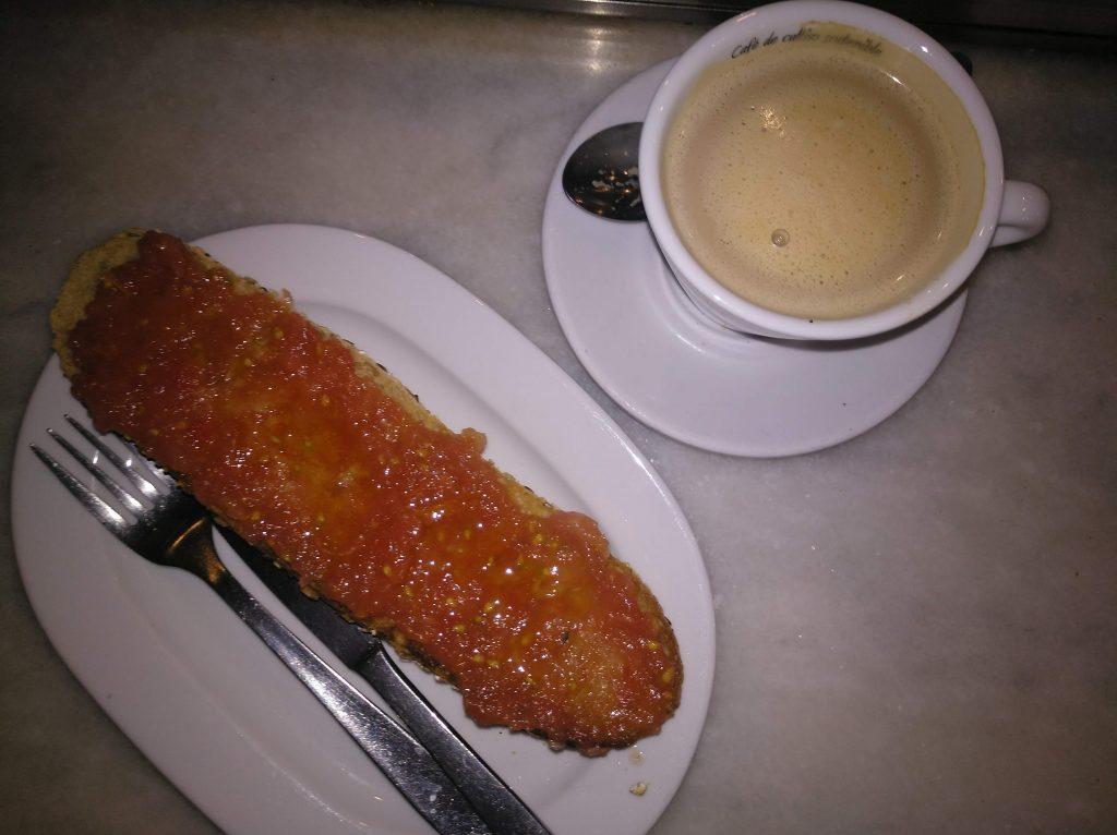 Toast s čerstvou roztlačenou paradajkou a káva