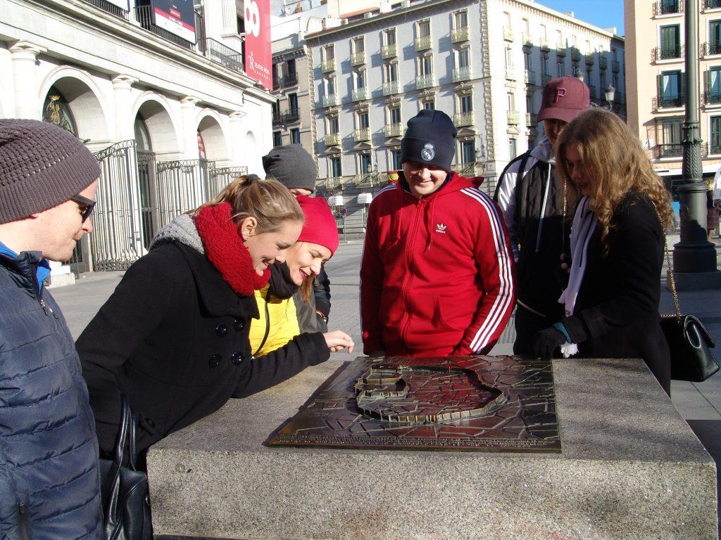 Klientom vysvetľujem na makete pri Opere, kadiaľ viedli múry okolo Madridu