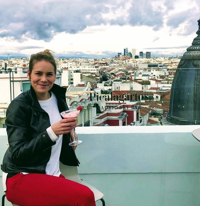 sofistikovaný nápoj na terase v Madride