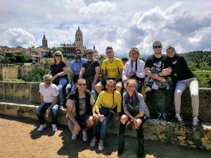 Výhľad na vežu katedrály v meste Segovia s klientami
