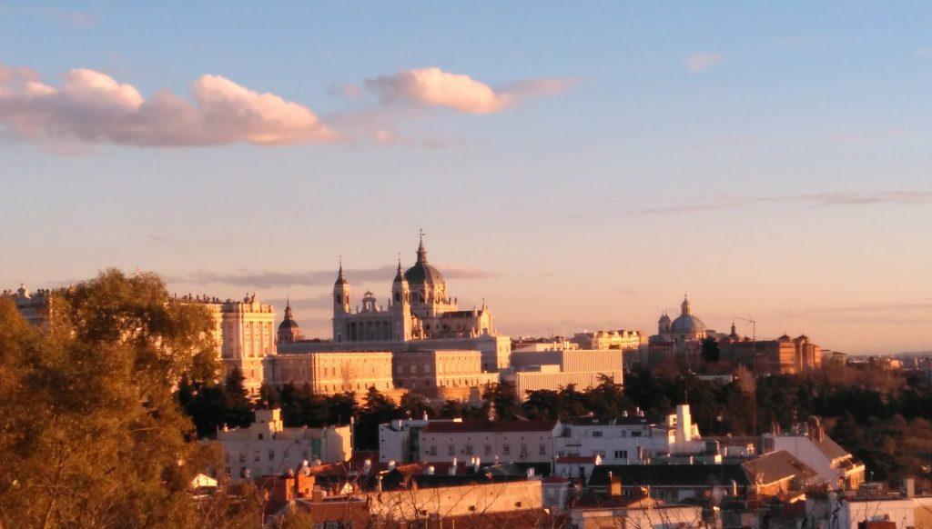 Výhľad na kráľovský palác a katedrálu z parku pri Templo de Debod