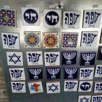 Magnetky so znakmi juadaizmu v židovskej štvrti v Tolede