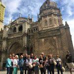 Skupina turistov pri katedrále v Tolede