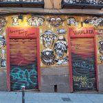 graffiti na dverách baru vo štvrti Lavapies