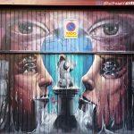 graffiti na bráne do garáže vo štvrti Lavapies