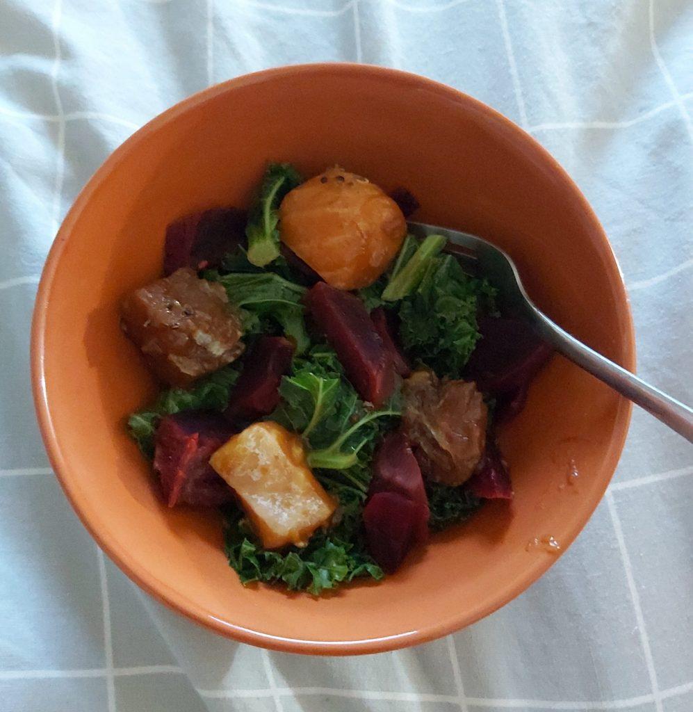 poké bowl s tuniakom, kale, lososom a cviklou