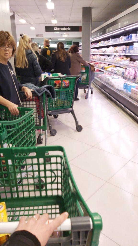 rady v obchodoch pred vyhlásením núdzového stavu kvôli koronavírusu v Španielsku