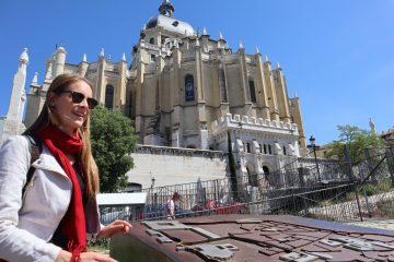 Madridčanka pri katedrále svätej Almudeny vysvetľuje kadiaľ viedli múry okolo Madridu