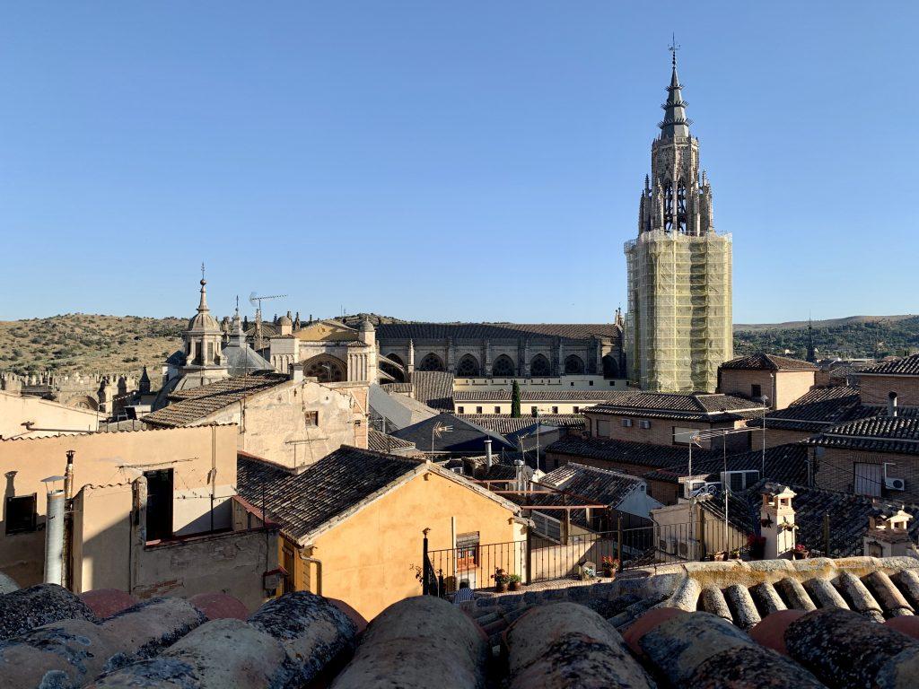 výhľad na katedrálu z okna hotela Toledo Ap