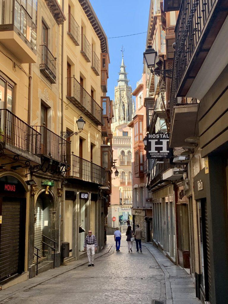 Toledo stojí za návštevu aj pre jeho kľukaté uličky, niektoré s výhľadom na katedrálu