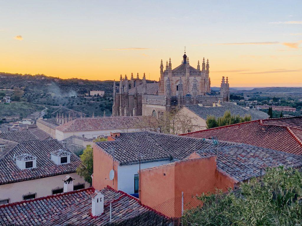 pohľad na Monasterio de los Reyes v Tolede pri západe slnka