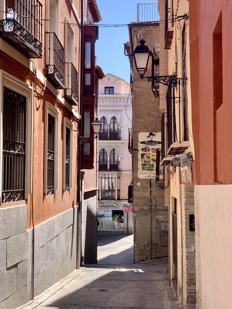 úzke uličky v stredovekom mestečku Toledo