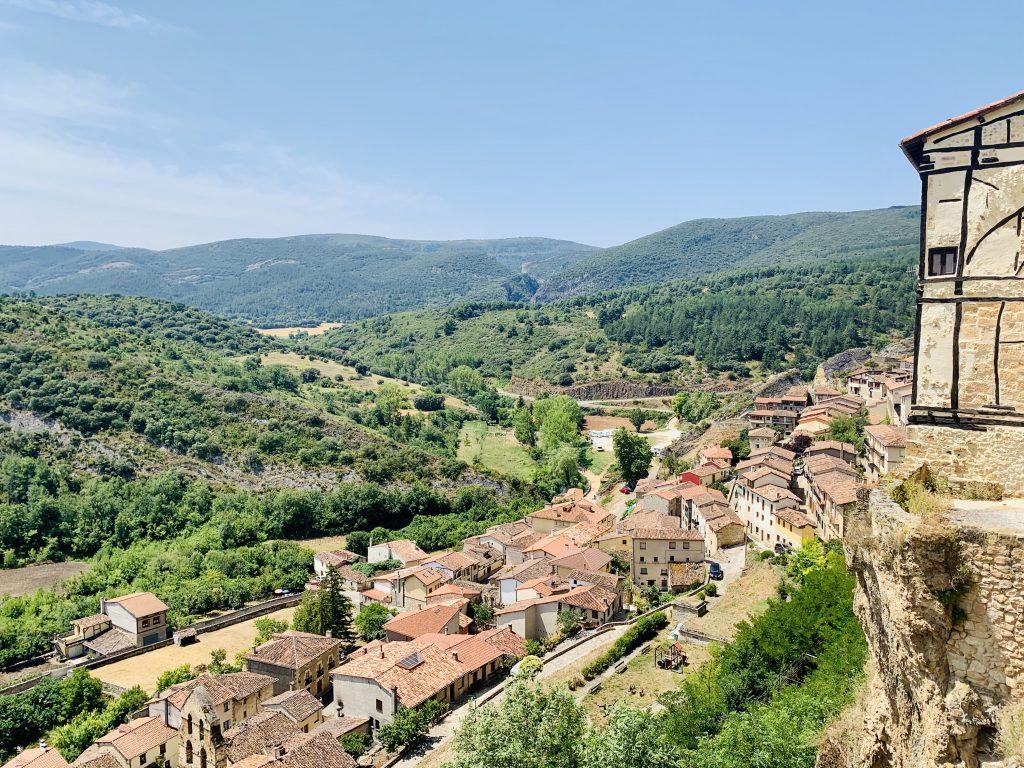 Výhľad z tzv. visiacich domov vo Frías